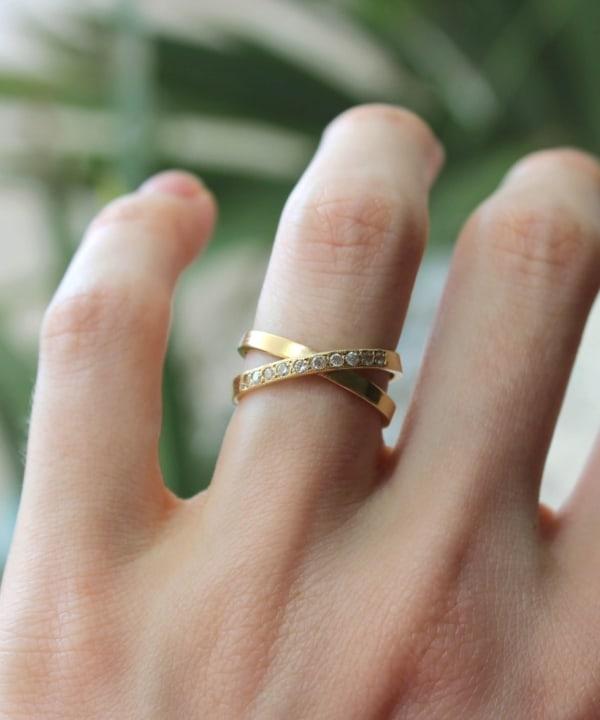 anel moderno em ouro amarelo e com diamantes