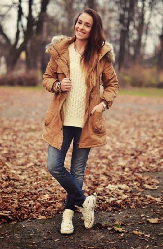 look de inverno com calça jeans e parka caramelo