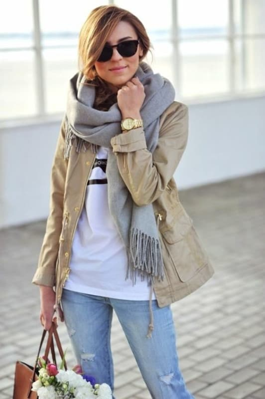 look com calça jeans e parka cáqui