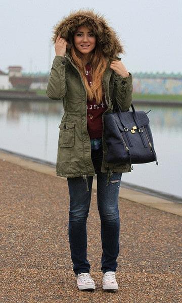 look de inverno com calça jeans e parka peluciada