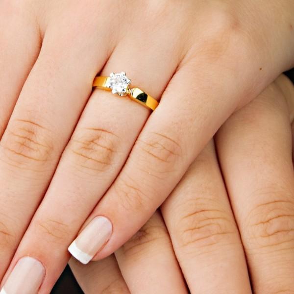 anel em ouro amarelo com diamante
