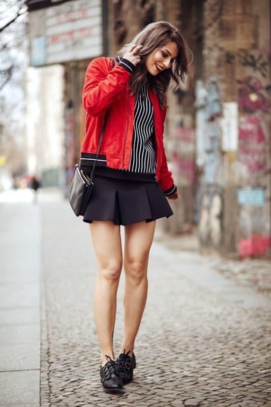 look jaqueta bomber vermelha com saia