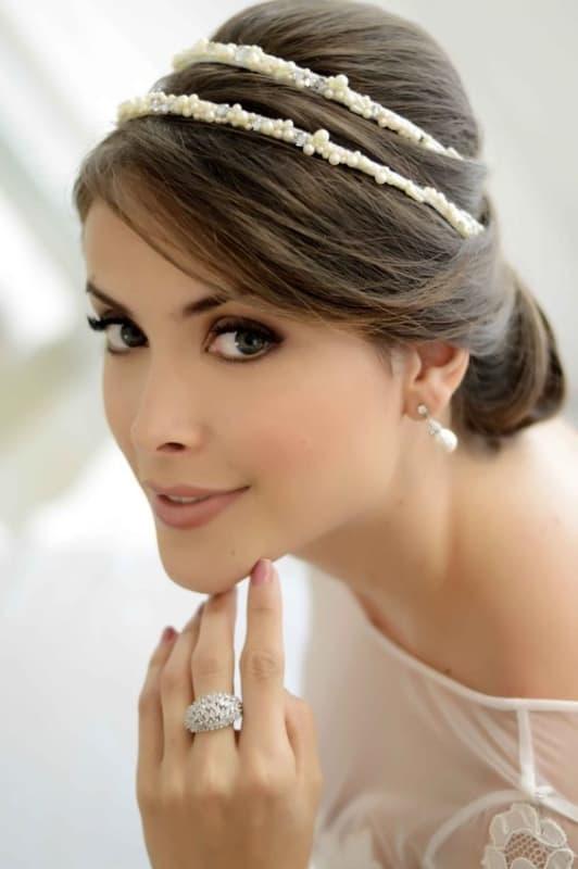 noiva com penteado preso e tiara dupla de pérolas