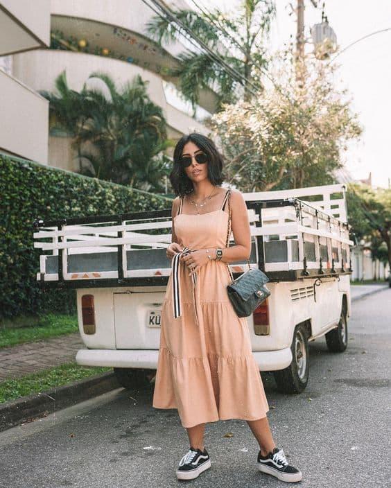look tumblr com vestido midi e tênis