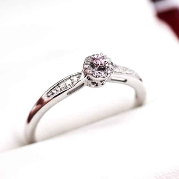 anel em ouro branco com diamante rosa