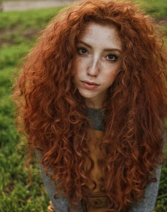 cabelo ruivo cacheado longo com volume