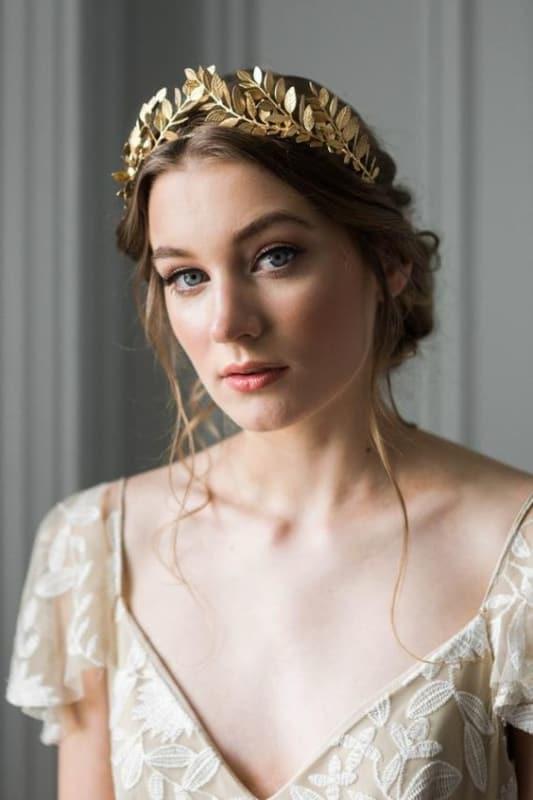 noiva com tiara dourada no cabelo