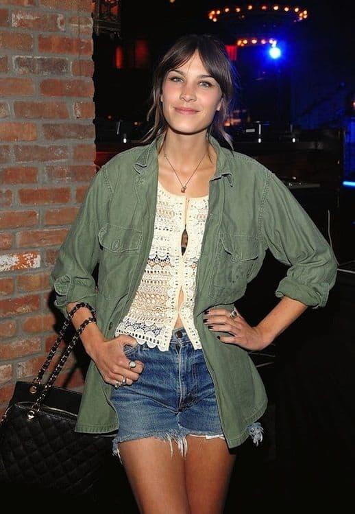 Alexa Chang com short jeans e parka verde militar