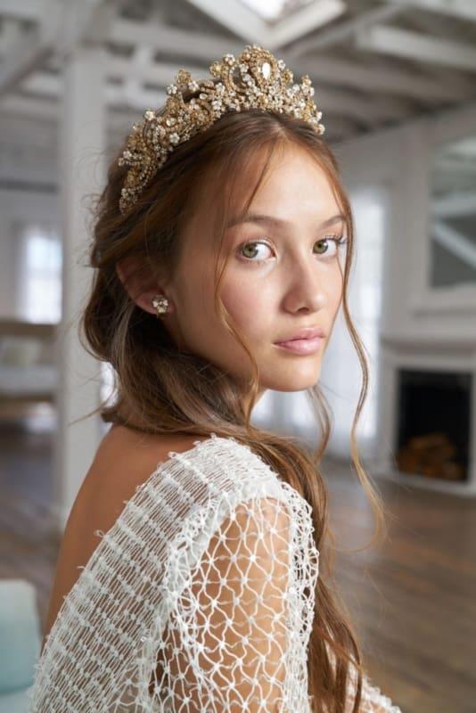 Cabelo semi preso e coroa dourada de noiva