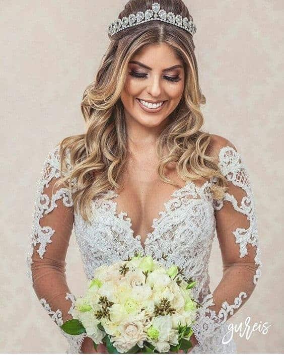 Cabelos médios levemente ondulados com coroa de noiva