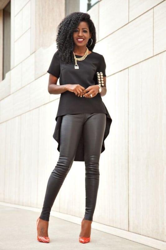 Calça preta skinny com salto colorido
