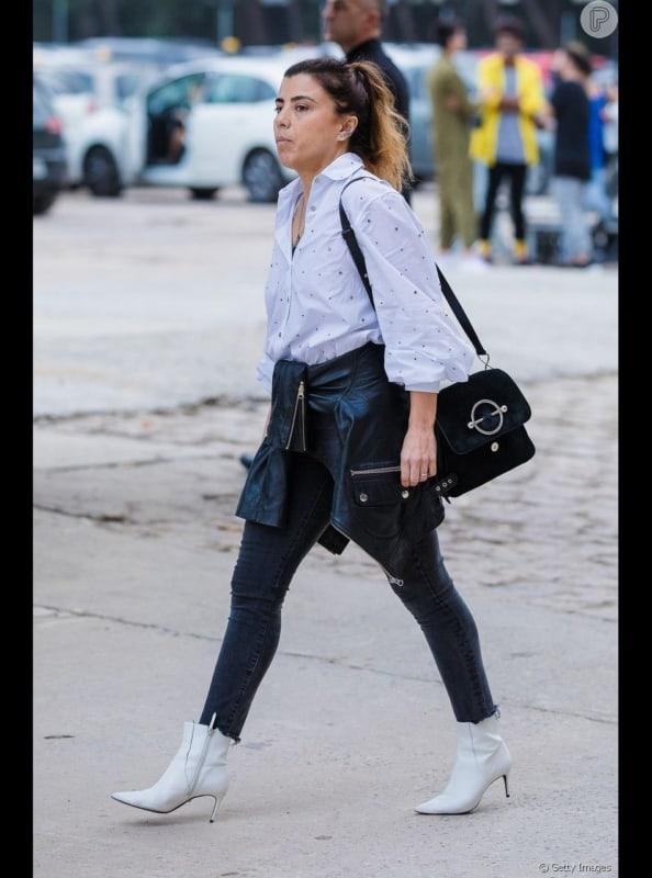 Calça skinny preta com bota branca de salto fino o que acha