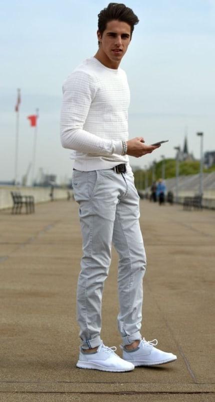 Composição casual com tênis branco masculino