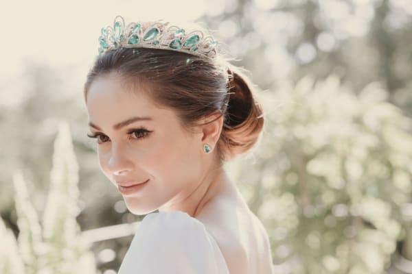 Coroa com pedras esmeralda para casamento