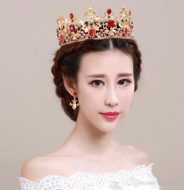 Coroa dourada com pedrarias vermelhas para noivas