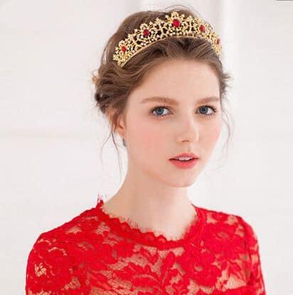 Coroa dourada com pontos vermelhos