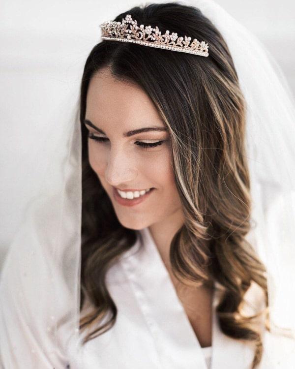 Coroa de noiva prateada em penteado solto
