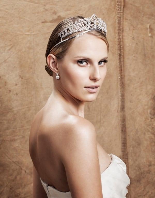 Coroa em penteado simples para noiva