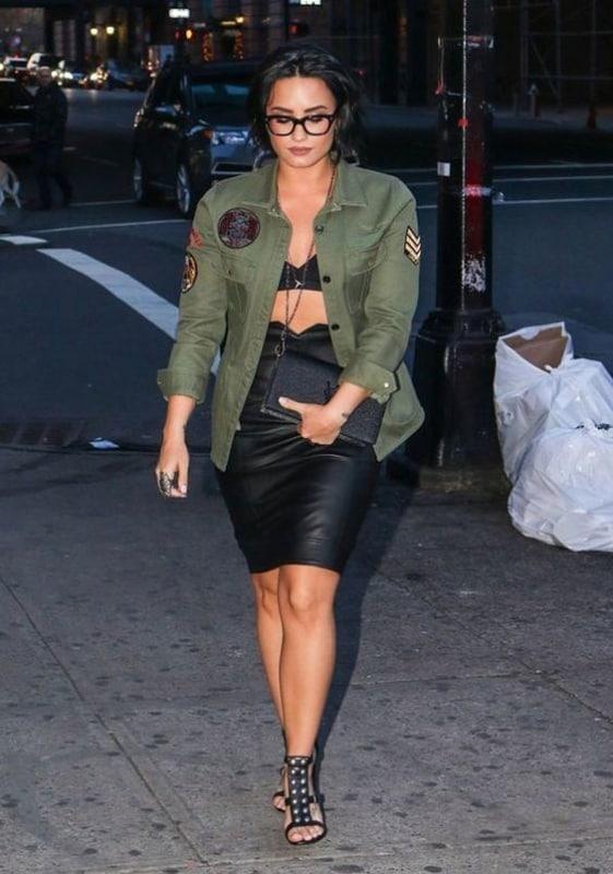 Demi Lovato com parka com patches militar