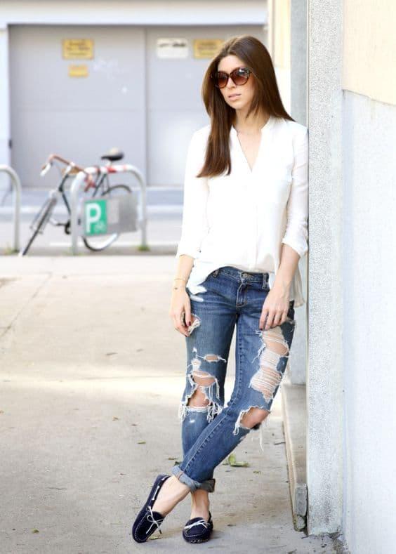 Dockside azul marinho com calça destroyed jeans e camisa branca