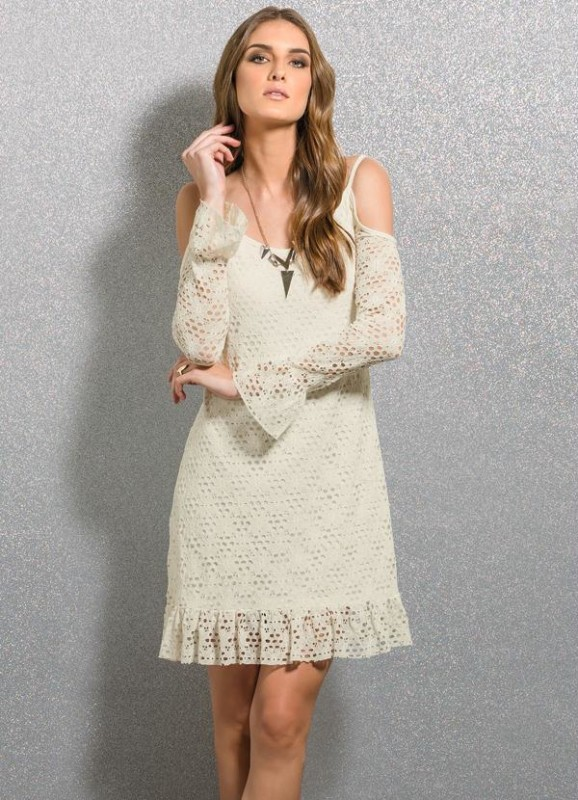 Esse vestido off white deixa os ombro à mostra