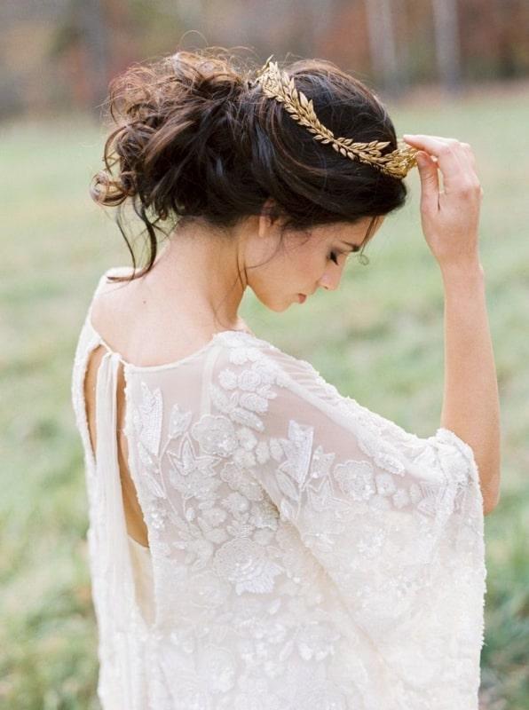 Inspiração de coroa dourada para noiva que irá se casar no campo