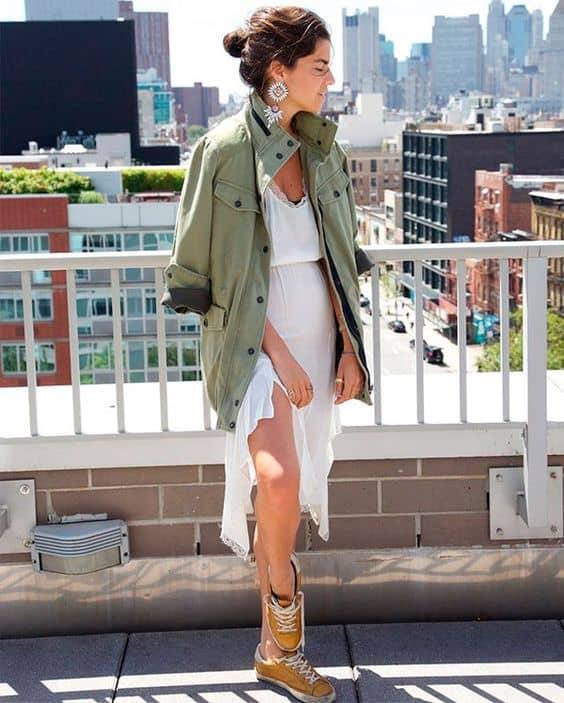 Inspiração de look feminino com parka verde militar