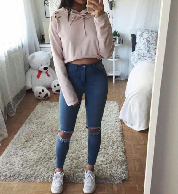 Jeans destroyed e blusa de moletom rosa bebê