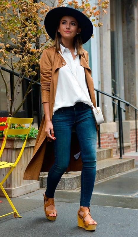 Jeans skinny com peças em tons terrosos e chapéu