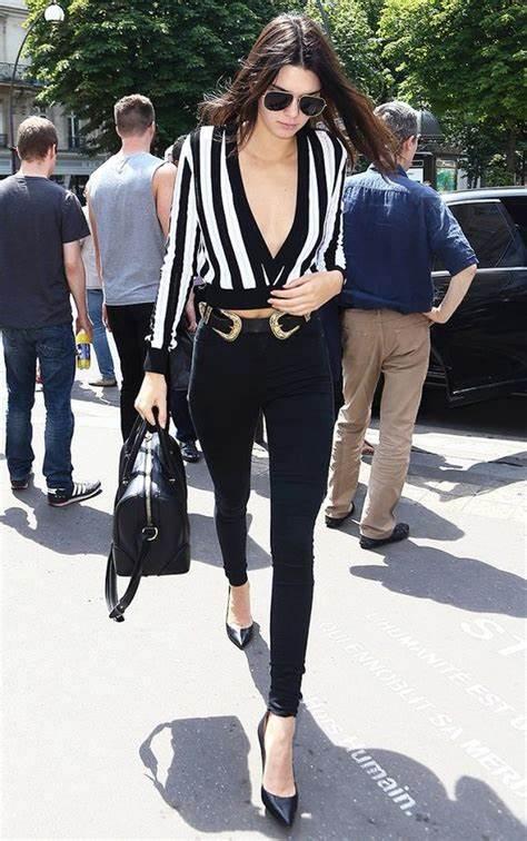 Kendall Jenner com a calça sequinha preta