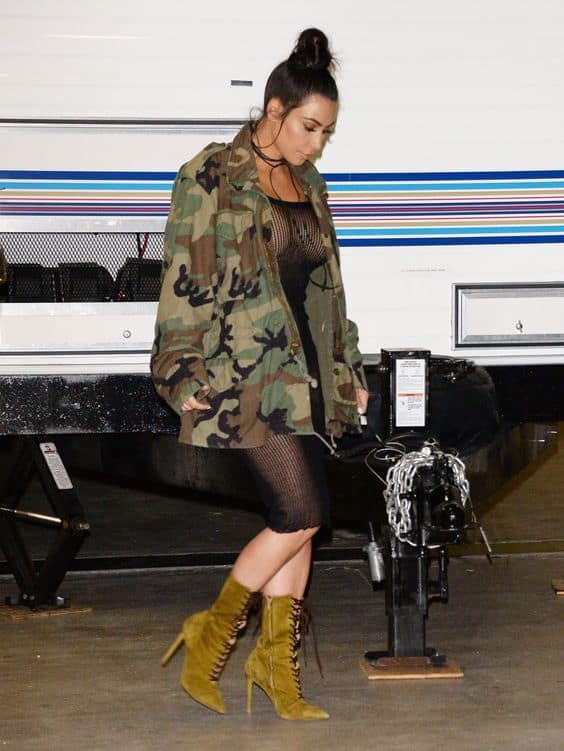 Kim Kardashian com parka militar camuflada