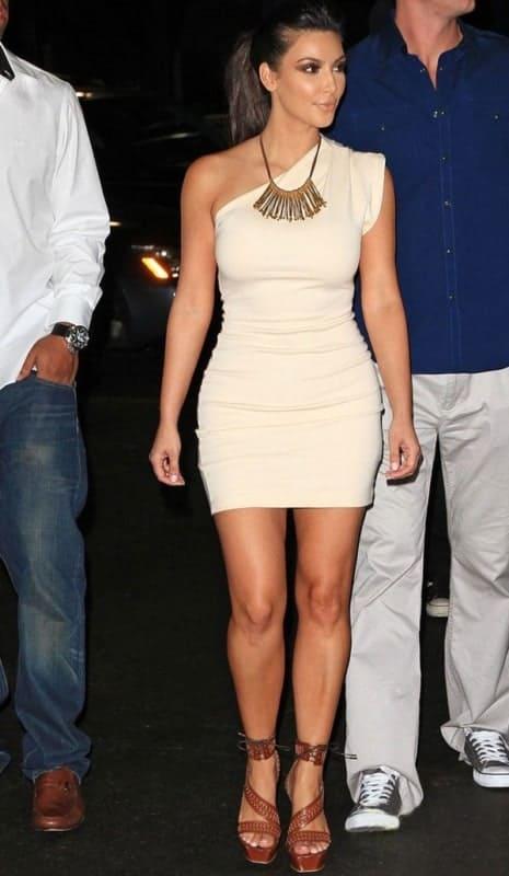 Kim Kardashian escolheu tubinho off white
