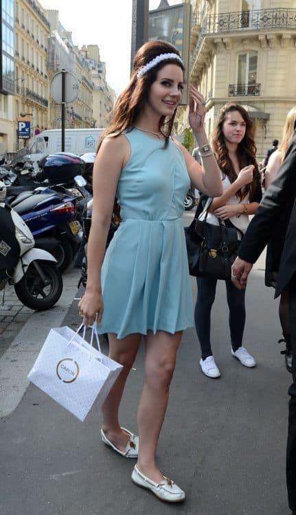 Lana del Rey com vestido rodado e dockside