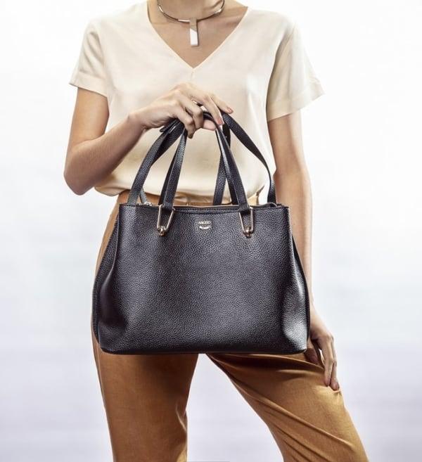 Leve a bolsa tote preta para o trabalho