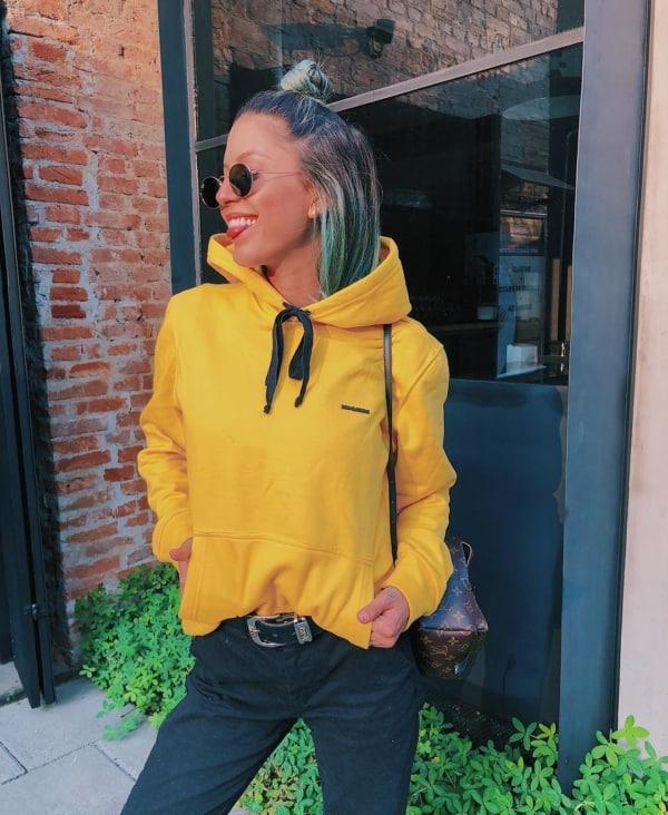 Look básico com calça preta e moletom amarelo