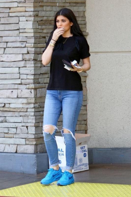 Look básico com jeans destroyed skinny e tênis