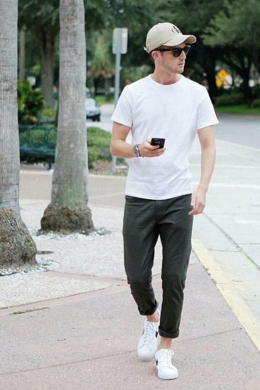 Look básico com tênis branco masculino