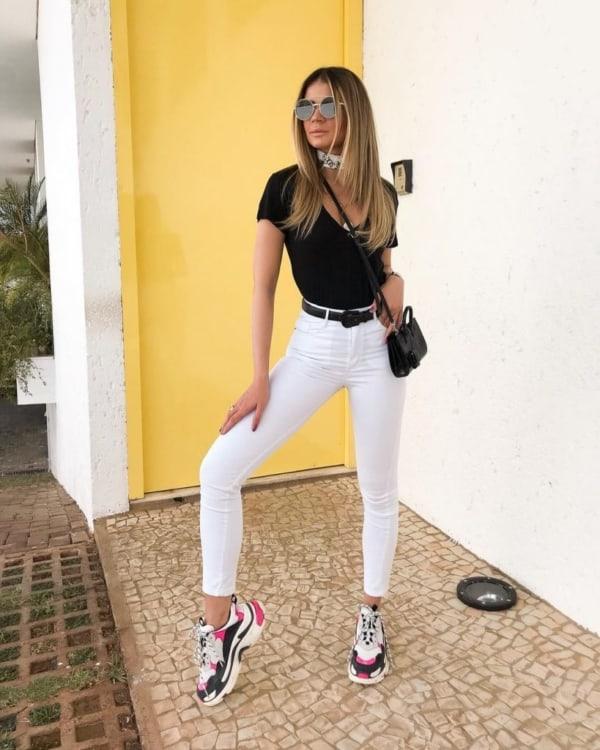Look casual com tênis sport calça branca e t shirt preta