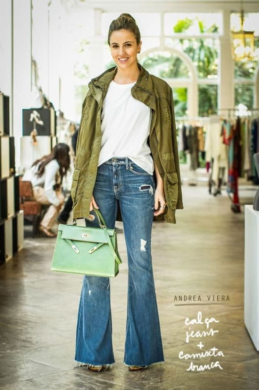 Look com calça flare jeans e parka verde militar
