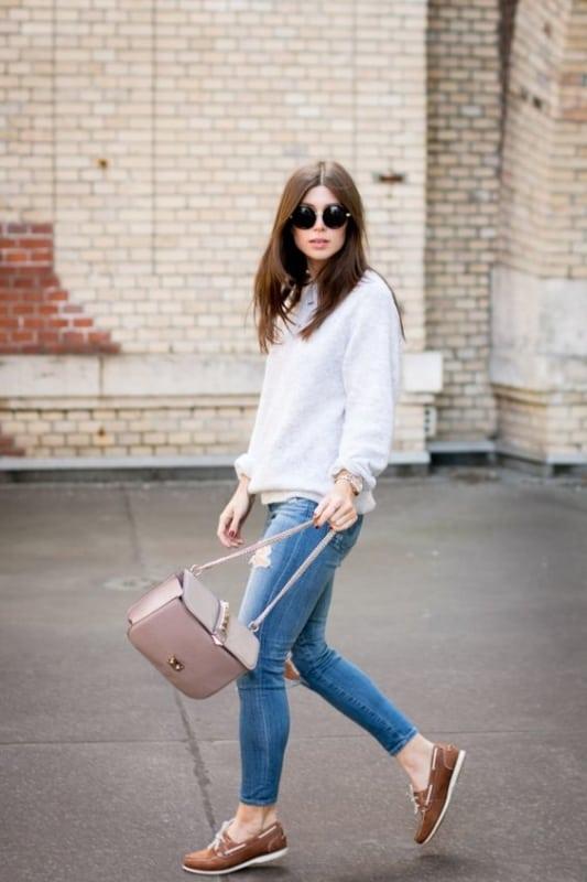 Look com calça jeans e dockside marrom