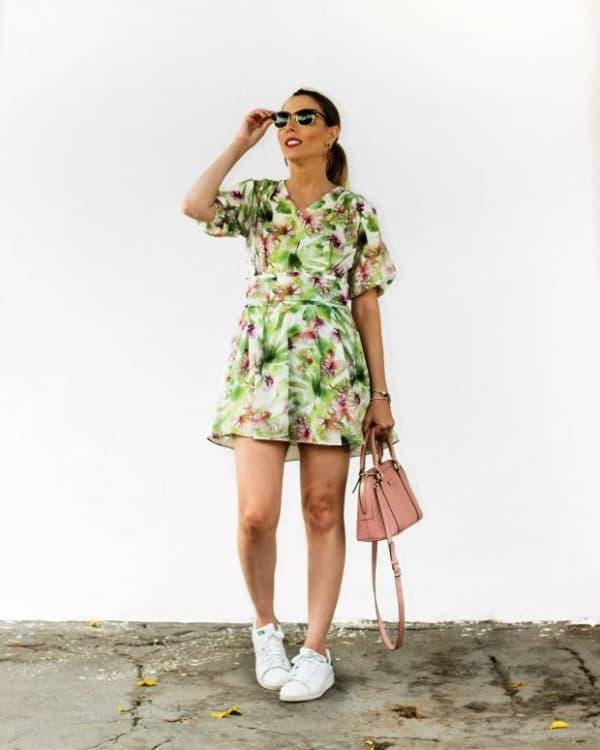 Look com vestido floral e tênis