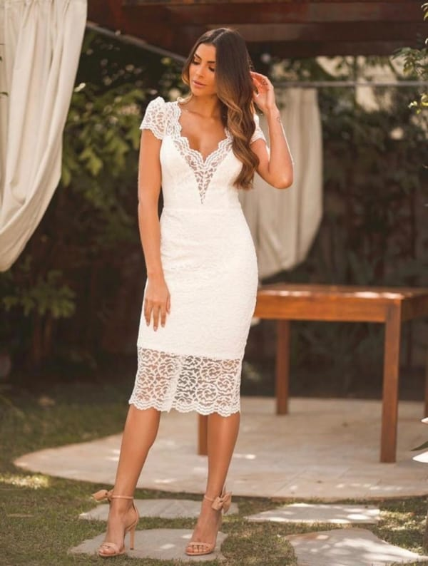 Look com vestido midi off white de renda
