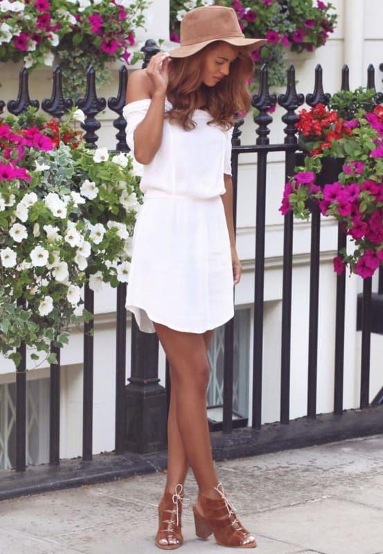 Look com vestido off white e sandália caramelo