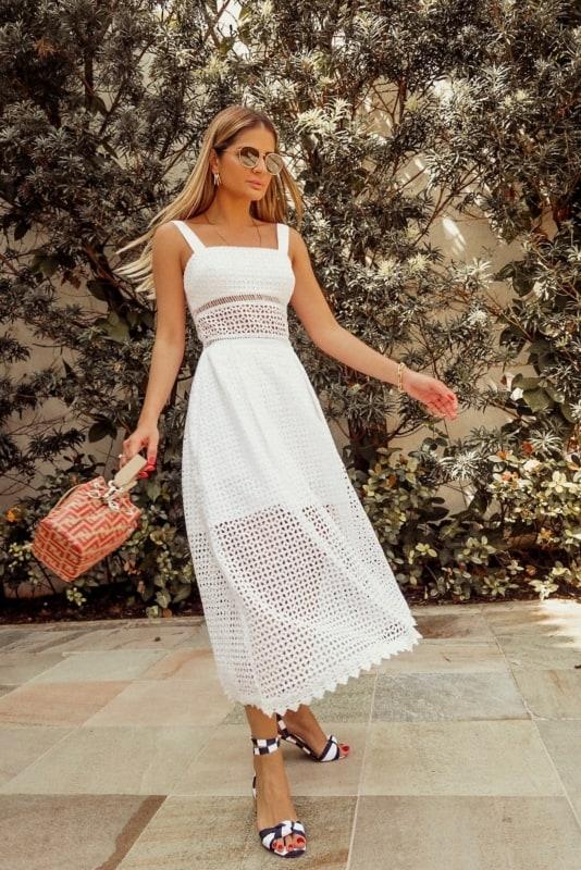 Look de verão com vestido midi branco