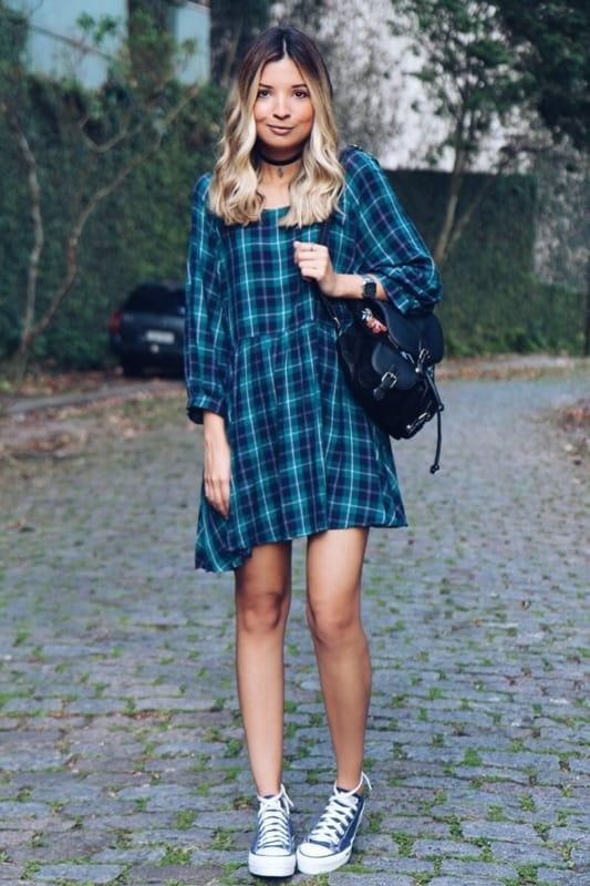 Look jovem com vestido curto xadrez azul