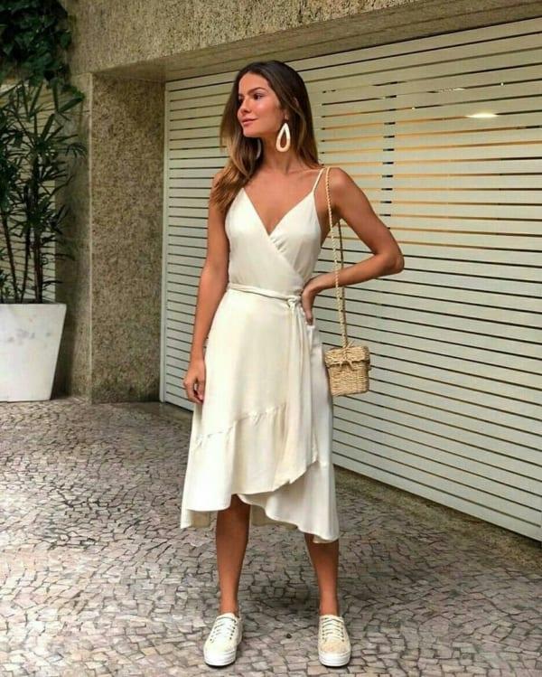 Look para o dia com vestido midi off white