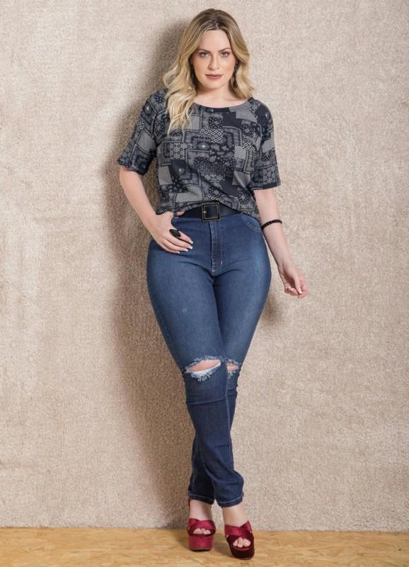 Look plus size com skinny jeans e salto alto