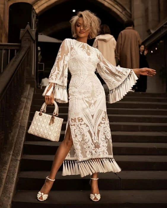 Look super chique off white com vestido com franjas