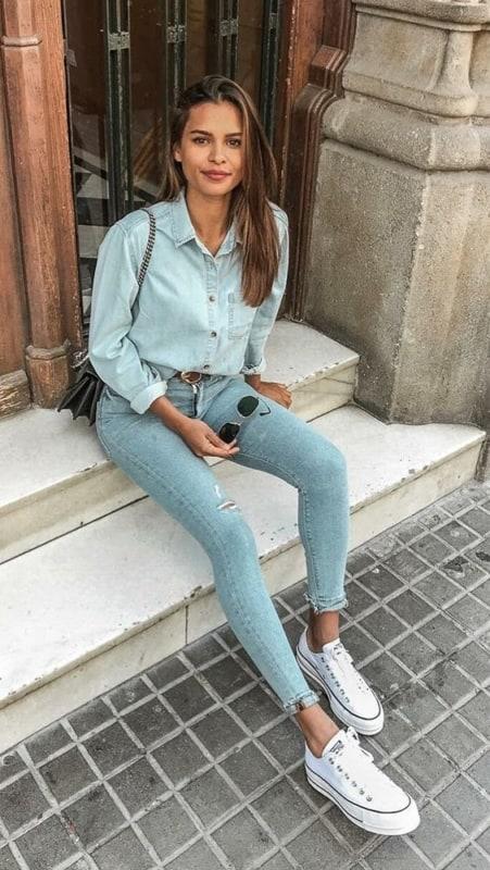 Look total jeans com tênis casual é ótimo para o dia a dia
