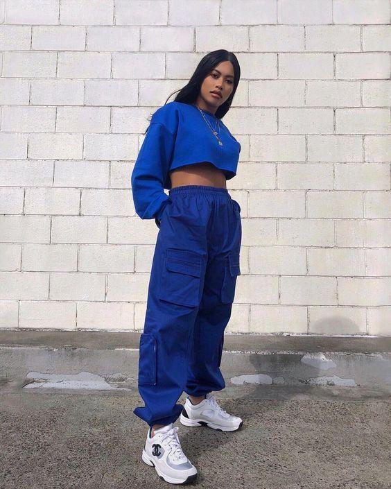 Look tumblr despojado com moletom cropped azul